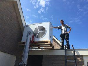 Warmtepomp op het dak plaatsen met lift