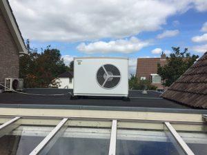 De warmtepomp op het platte dak